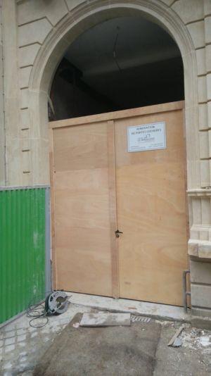 Porte Cochère 111 Rue De Longchamp - 5 : Porte Déposée, Panneau Ouvrant Provisoire Mis En Place
